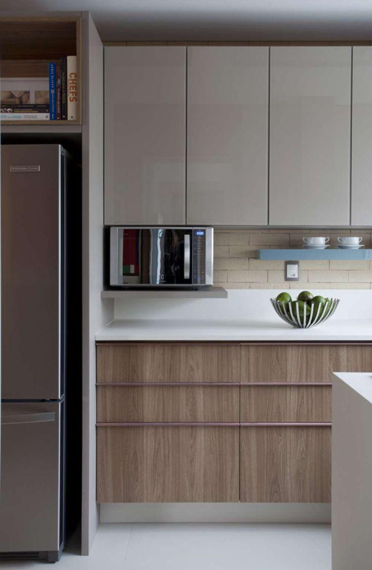 laca e madeira, nicho para microondas e prateleira colorida
