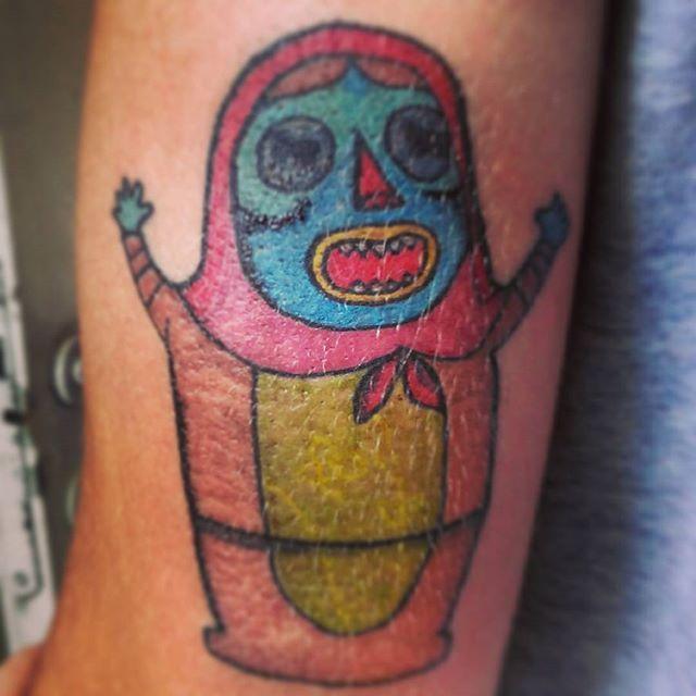 #tattoodeldia tatuaje de #mamushka #zombie del disco de #somaticos Ilustración de #elsike  #tattoo #tattoocolor #tattooart #ink #pinktattoo