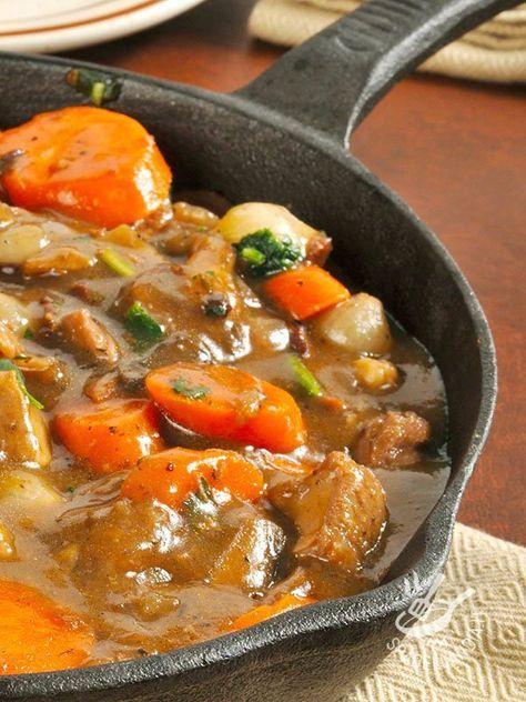 Lo Spezzatino alle verdure è un secondo di carne gustosissimo, che deriva dalla tradizione rustica contadina. Assaggiatelo: è superlativo! #spezzatinoalleverdure