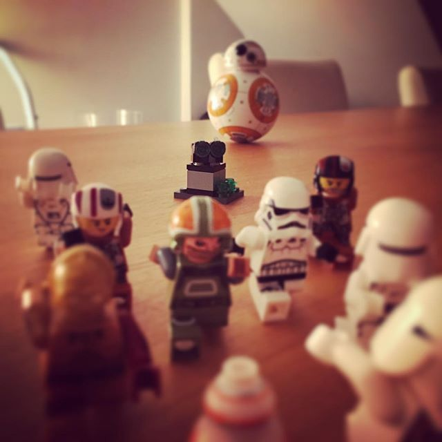 #15 - I wonder if they are running away from the new turret, or the oversized BB-8..  #lego #starwars #legostarwars #calendar #runforyourlife #bb8 #mäenkestä