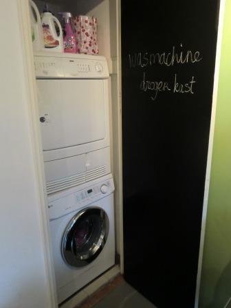 Keuken kast met aansluiting en afvoer voor wasmachine en droger.