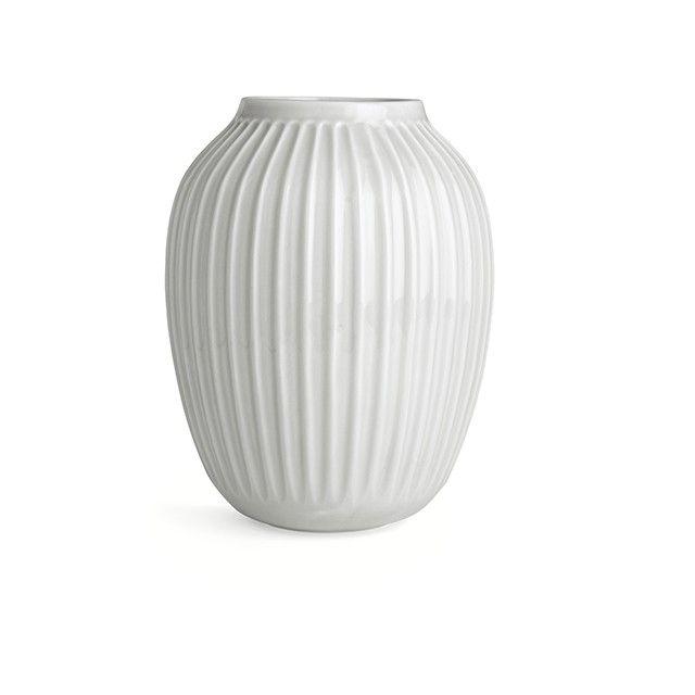 Hammershøi Vase Hvid Stor   Oplev en unik hvid vase fra den elegante Hammershøi-serie. Den smukke vase gemmer på en inspirerende historie. Den er direkte inspireret af Svend Hammershøis gamle værker, som han skabte på Kählers værksted i 1900-tallet. Med det harmoniske og stilrene formsprog fremhæver vasen på smukkeste vis årstidens friske blomster og grene. Lad vasen stå alene som et unikt designstatement eller lad vasen indgå i et elegant designtableau.