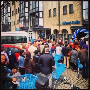 Ook in Aalst staan er weer veel nieuwsgierige mensen te wachten totdat Albert Heijn geopend wordt..