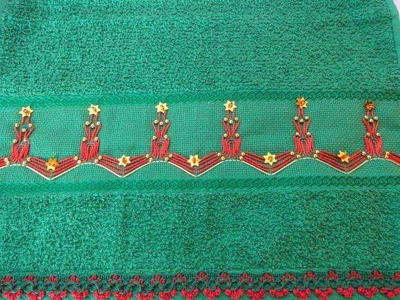 Toalha de lavabo motivo natal  bordada a mão. Detalhe em contas douradas. Cores variadas. R$ 18,00