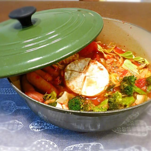 丸ごとカマンベール入りトマト鍋