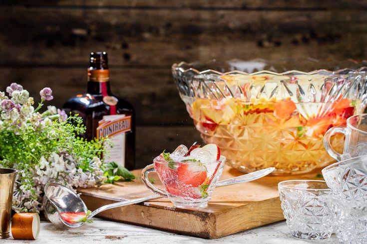 Den här somriga bålen passar utmärkt till det stora sällskapet som är sugna på en läskande drink i solen. Äpple, persika och jordgubb är gott tillsammans med kryddig kanel och bittersöt...