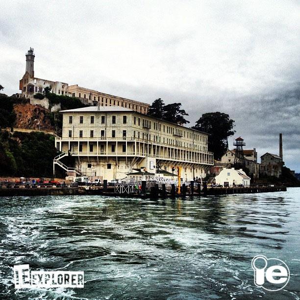 A ilha de Alcatraz, que já serviu como prisão de segurança máxima, hoje é um dos principais centros turísticos da cidade de São Francisco, com uma vista incrível da baía! O passeio de ferry é imperdível nos dias de sol! #ieexplore
