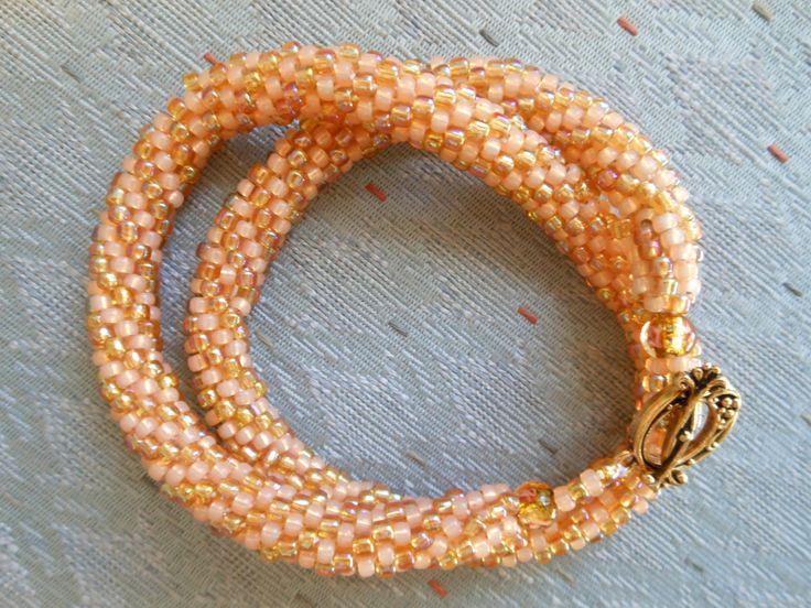 Collares y braceletes hechos a crochet con cuentas o chaquiras.