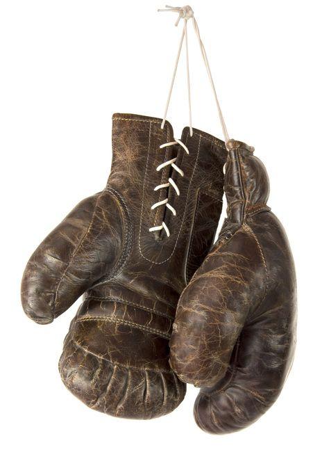 Vintage lederen bokshandschoenen met veters. Leuk om aan een locker of ladder op te hangen. Kijk voor meer vintage artikelen in onze shop! -