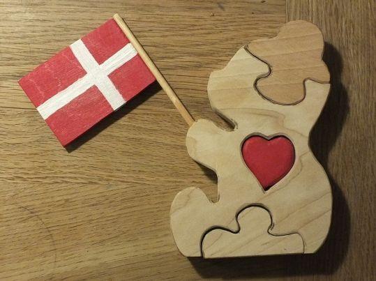 Det sødeste lille træpuslespil - en bamse med flag