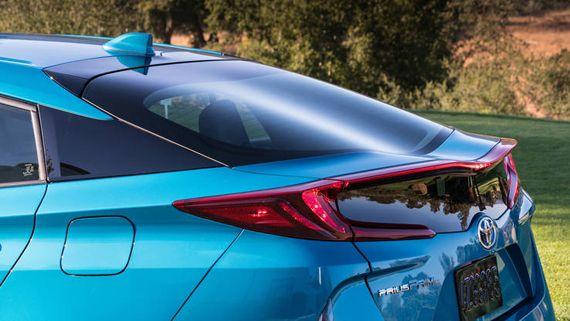 Элементы дизайна хэтчбека гибрид Toyota Prius Prime 2017 / Тойота Приус Прайм 2017. Хвостовая часть