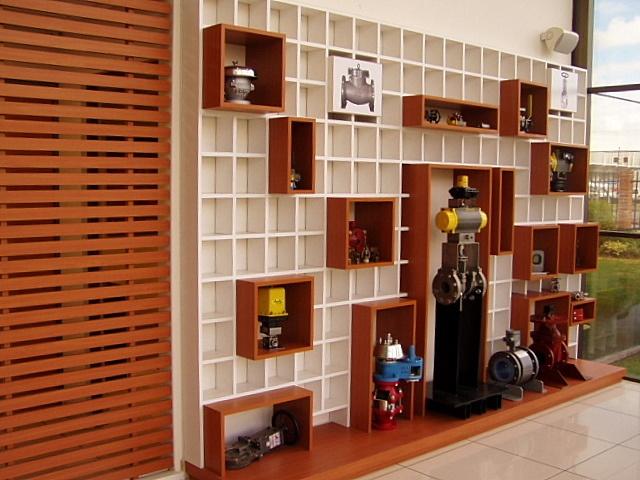 Mueble para exhibir productos de empresa (válvulas industriales). Sistema de cajas en un plano cuadriculado,