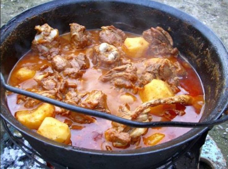 Bucătăria ungurească este colorată, plină de vitalitate, picantă, cu preparate nu tocmai uşoare dar pline de savoare, iar gulaşul unguresc la ceaun este una dintre vedetele culturii culinare din ţara vecină, care a devenit foarte apreciată şi în România.Gulaşul unguresc la ceaun este o supă mai gro