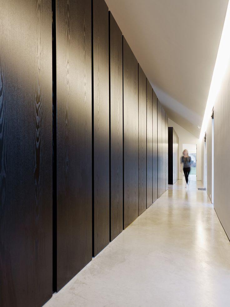 betonvloer, houtpanelen wand zwart, 8 blacks