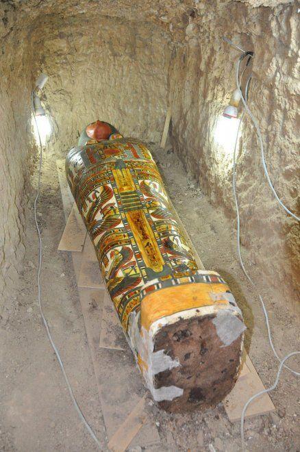 Un team di archeologi spagnoli ha trovato una mummia in buone condizioni all'interno di una tomba probabilmente datata tra il 1075 e il 664 a.C. Avvolta in un tessuto di lino tenuto insieme dal gesso, si trovava dentro a un sarcofago in legno colorato, sotterrato vicino a un tempio dell'era di re T…