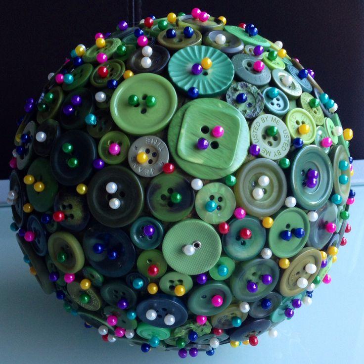 Kerstdecoratie - schilder een piepschuim bal (niet met spuitverf want dan smelt het piepschuim). - plak er vervolgens knoopjes op - steek er daarna kopspeldjes in