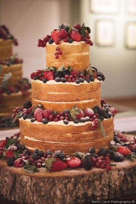 Naked cake per il matrimonio ai frutti di bosco per un matrimonio in stile shabby chic