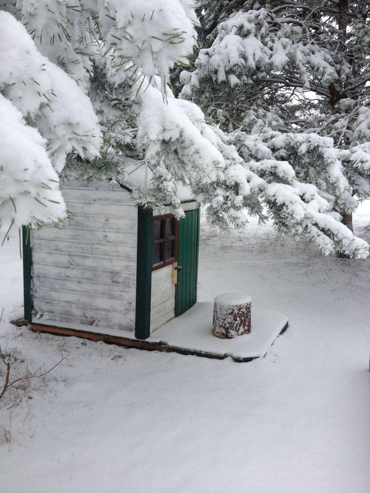 Domek na placu zabaw zima