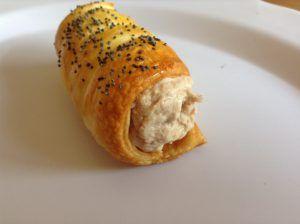 Cannoli di pasta sfoglia salati al tonno e formaggio