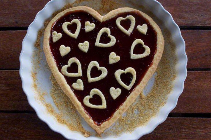 CROSTATA A FORMA DI CUORE Crostata a forma di cuore con marmellata di fragole e decorata con tanti cuori di pasta frolla
