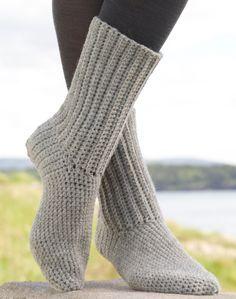 Kijk wat ik gevonden heb op Freubelweb.nl: een gratis haakpatroon van DROPS Design om sokken te haken https://www.freubelweb.nl/freubel-zelf/gratis-haakpatroon-sokken/