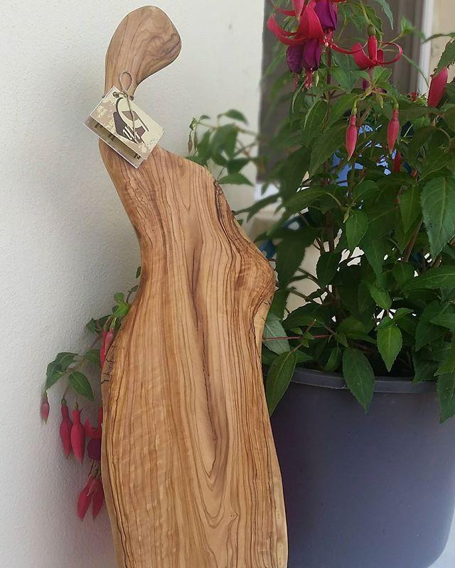 #naturelwood #olivewood #cuttingboard #servingboard #organic #wine #winecheesefriends #cheese #cheeseplate #cheeseplatter #handmade #rarewood #winetasting #sarap #handcarved #woodart #madeinturkey #şarappeynir #5thelementwood