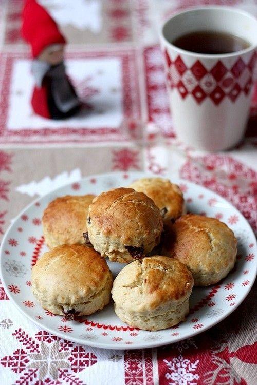 Scones de Noël - Pour une 12 aines de scones : - 250 g de farine – 1/2 sachet de levure – 1 cuillère à soupe de sucre – 1 cs de 4 épices – 50 g de beurre demi-sel froid – 150 ml de lait – 1 sachet de thé de Noël  – 1 jaune d'œuf – 50g de mélange de raisins secs