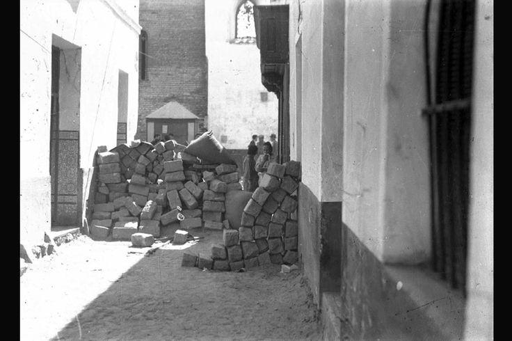 Barricadas en el barrio sevillano de San Marcos. Los vecinos de San Julián, San Gil y San Marcos resistieron tras barricadas como ésta durante tres días los ataques de los golpistas (julio 1936)