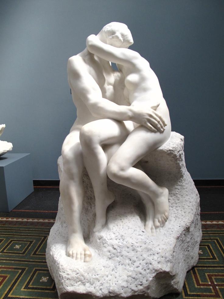 입맞춤 - 오귀스트 로댕  1888-1889. 로댕 박물관(파리).  로댕은 인체를 통해 깊은 감정을 표현하는데 뛰어났습니다. 본래 이 작품은 <지옥의 문>의 일부로 제작되었다합니다. 이 두 사람은 단테의 '신곡'에 나오는 프란체스카 다 리미니와 파올로로 해서는 안될 사랑에 빠졌다고 합니다. 해서는 안될 사랑이라고 하지만 작품에서는 사랑에 대한 순수한 행복이 느껴지는 것 같습니다.