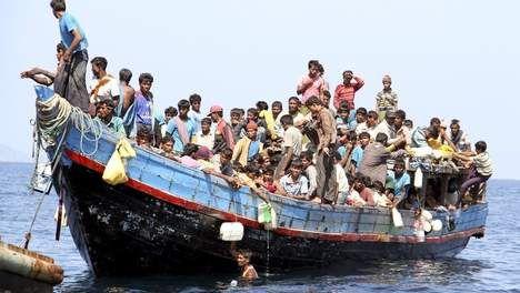 In dit fragment worden de getto's volledig ontruimd. Alle joden moesten in een vrachtwagen en later werden ze op een trein richting Auschwitz geplaatst. Je kunt een situatie als deze vergelijken met de vluchtelingen die vluchten uit hun land met boten. Ze zitten allemaal samen op een heel kleine ruimte en ze hebben amper of geen voedsel. Sommigen worden heel erg ziek door slechte hygiëne en anderen overleven de reis zelfs niet. Daarom hebben wij voor een foto van een vluchtelingenboot…