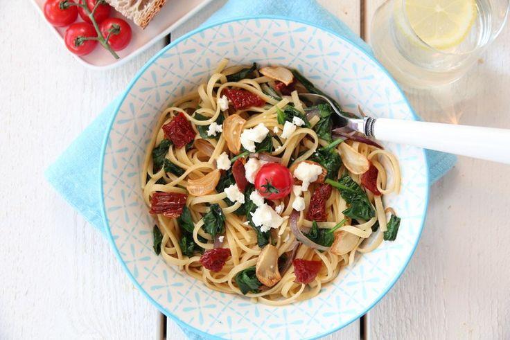Spagetti med spinat, soltørket tomat og hvitløkschips