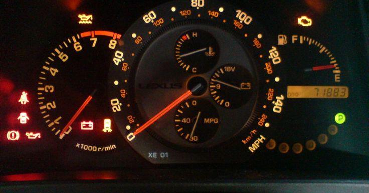 Sobre as luzes do painel do carro. O painel de um carro é a estação de informações de seu veículo. Ele lhe diz tudo o que você precisa saber, desde a sua velocidade ao nível de gasolina. As luzes do painel do carro são um sistema de vários sinais de alerta que se acendem quando algo está errado. Desde problemas menores aos sinais de alerta importantes, estas luzes são uma grande ...