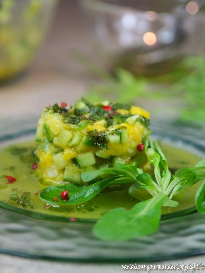 """Le concombre et la mangue s'associent ici pour composer une salade """"sucrée salée"""" goûteuse et très rafraîchissante.   La texture d..."""