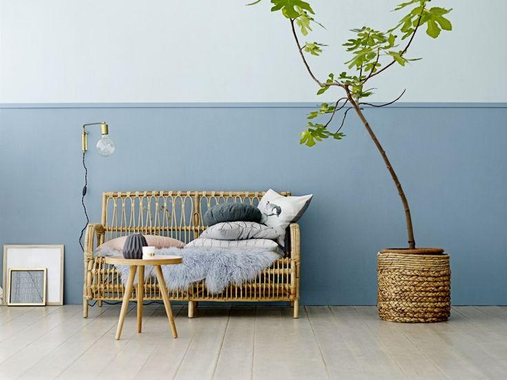 Die bessere Hälfte   Farbige Wände helfen, Räume wohnlicher und interessanter zu gestalten. Farbe an den Wänden verändert auch Proportionen und lenkt das Auge auf die Möbel. Besonders gut gelingt das mit halb gestrichenen Wänden. Diese 10 Beispiele zeigen, wie toll das aussehen kann. 1 BÜHNENBILD FÜR MÖBEL Dadurch, dass Farbe bloss im unteren Teil des Raumes ist, umhüllt sie sozusagen nur die Möbel und schafft es, dass sich der Blick auf diese lenkt. Hier sind es sommerliche...