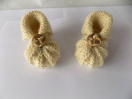 Chaussons hollandais appelés aussi chaussons citrouille tricotés main point mousse et jersey  Couloris : écru avec fil doré  Chaussons agrémentés d'un bouton  doré     - 16694307