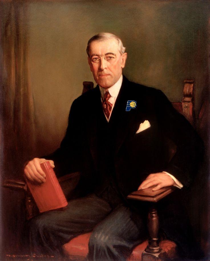 Woodrow Wilson (1856-1924) hij was in de tijd van de oorlog de president van Amerika. omdat Duitsland en Mexico tegen Amerika opzette en de Amerikaanse schepen torpedeerde verklaarde Wilson Duitsland de oorlog en deed het mee aan de kant van de geallieerden. nu was het een wereldoorlog. na de oorlog stichte hij een volkerenbond want zoiets verschrikkelijks mocht nooit meer gebeuren.