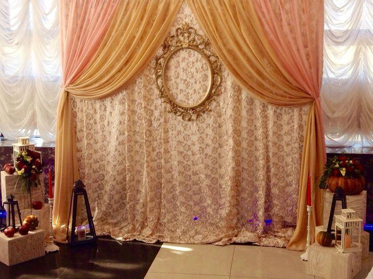Основная золотая ткань подчеркнута другими тканями в цвет свадьбы. В основании предложены небольшие экспозиции с фонарями,яблоками и!!! Цветочными композициями в тыкве