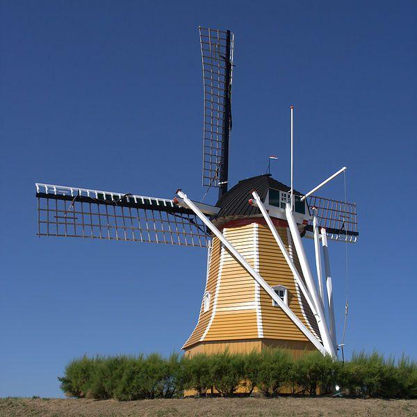 molen De Hoop te Sint Philipsland. De molen werd in 1724 gebouwd als opvolger van een standerdmolen. In 1972 en 1988 werd de molen gerestaureerd. In het laatste jaar werd de molen, die boven op de dijk staat, als gevolg van verhoging van de dijk in het kader van de Deltawerken mee omhoog gevijzeld. De Hoop is ingericht met twee koppels maalstenen en de Oudhollands opgehekte roeden hebben een lengte van 17,60 meter.