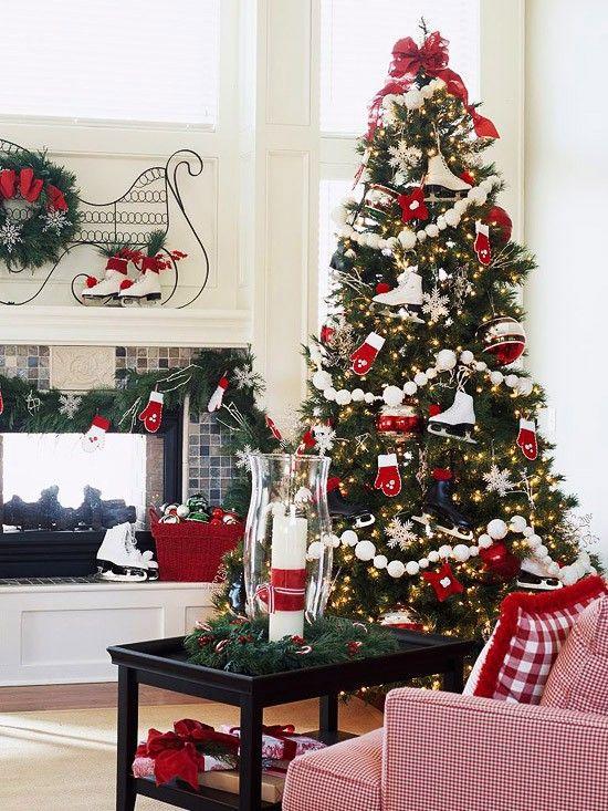 des guirlandes blanches et de petits ornements décoratifs en rouge et blanc