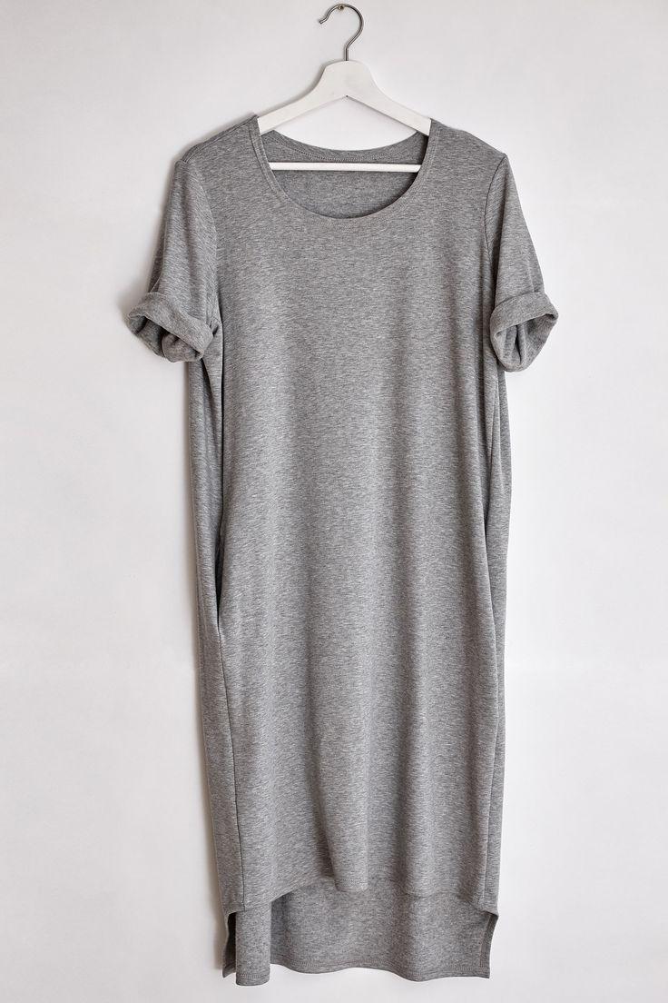 Универсальное и очень теплое платье - футболка, выполнено из натурального материала. Размер: Onesize Цвет: светло - серый/темно - серый Длина платья: 109.5 см