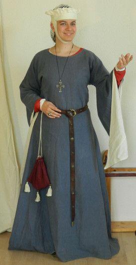 Hochmittelalter Oberkleid aus hellblauem Leinen. Komplett mit Nessel gefüttert. Alle sichtbaren Nähte sind mit Leinengarn handgenäht.