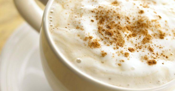 Como evaporar leite sem uma cafeteira expresso. Você não precisa de uma cafeteira expresso com vapor para saborear uma camada aveludada de leite no seu próximo cappuccino ou café com leite. Aprenda a vaporizar seu leite para que você possa aproveitar suas bebidas favoritas de cafeterias em casa. Quando você vaporiza o leite, as proteínas do soro estabilizam a espuma do leite. Leite desnatado ...