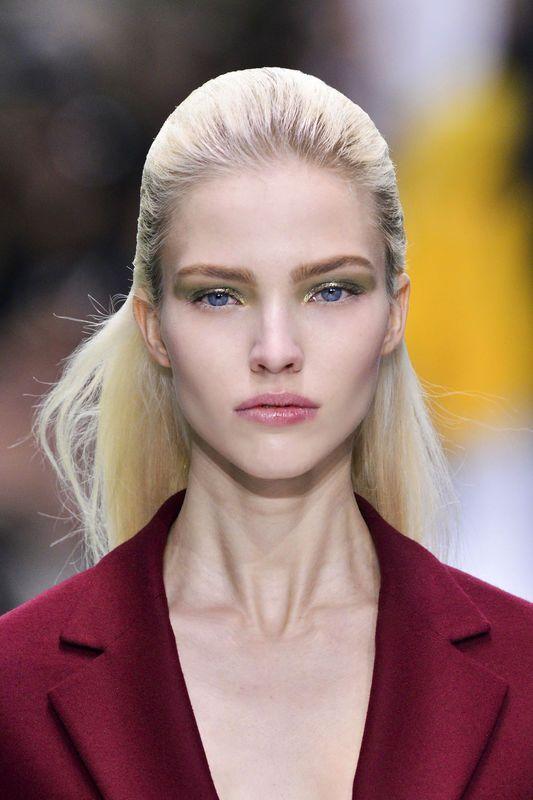 Fryzury na studniówkę - inspiracje z pokazów, Dior, fot. Imaxtree
