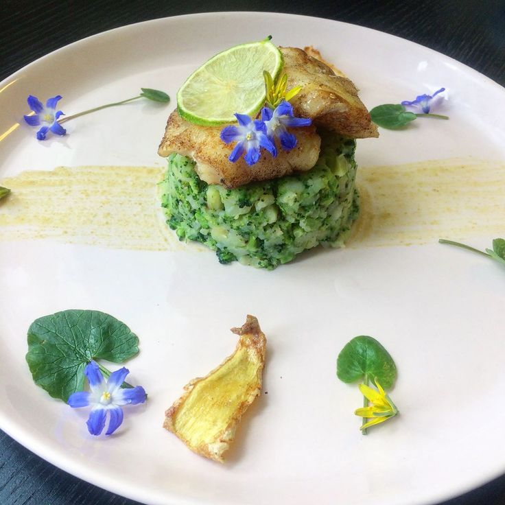 Pretty food is attractive to eat - my inspiration is spring flowers 🌼Cod with broccoli and potato mix served with fried ginger and green curry sauce highlighted with lime. ———- Broccolimos potatismos potatis broccoli mos, torsk fisk, fav