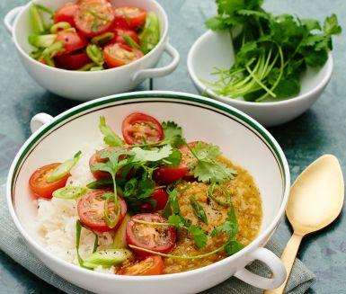 En otroligt välsmakande indisk linsgryta med doft av koriander, kanel, curry och hetta från chili. Grönsaksbuljongen ger grytan en mustighet och kokosmjölken rundar av smakerna. Servera med fluffigt ris och en tomat- och löksallad. Detta är en underbar rätt att bjuda på en murrig, kylig kväll och den som gillar het mat kan med fördel strö över lite extra chili. Smaklig måltid!