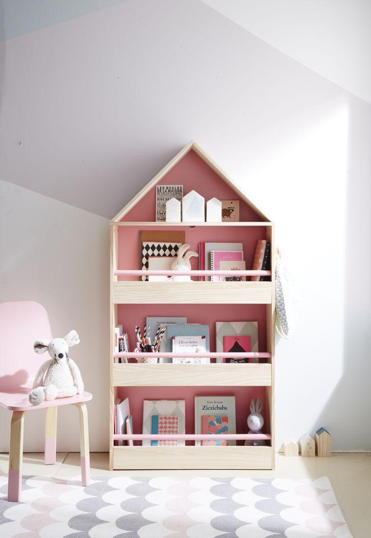 Bibliothèque en forme de maison, pour un charmant coin lecture ! Ses petites barres de maintien roses sont spécialement pensées pour maintenir les livres bien en place !