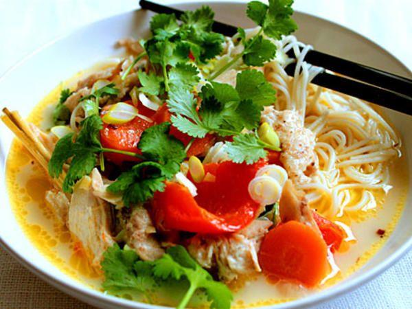 Thailändsk kyckling- och nudelsoppa (fast utan nudlar)