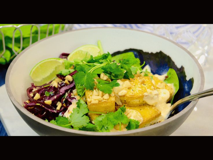 RIktigt smakrik och mättande vegetarisk rätt med tofu, quinoa och hyvlad rödkål. Den sweetchilispetsade yoghurtdressingen ger lagomhetta.