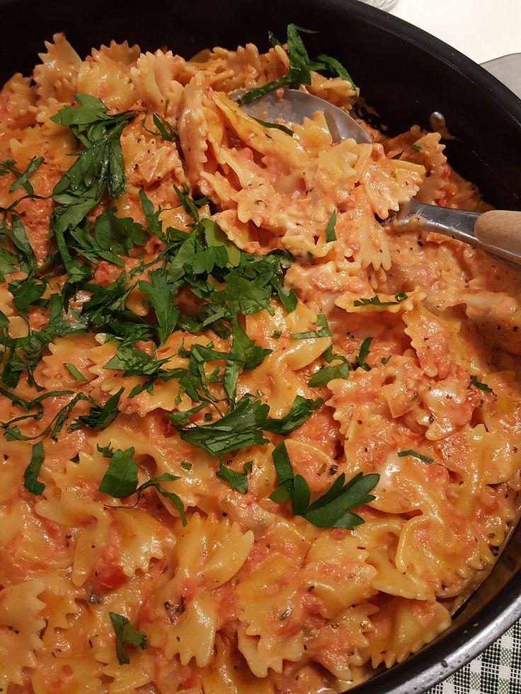 En enkel och lättlagad pasta i tomatsås med grädde och ost. Denna rätt lagar jag de dagar jag vill servera middag snabbt utan att stå för länge i köket.