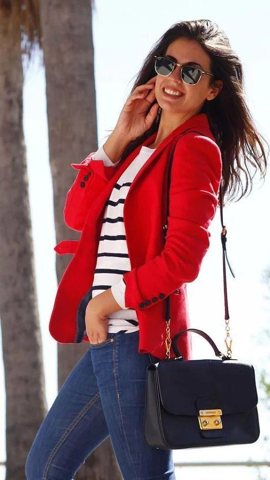 85628c93ec Para un atuendo tan cómodo como tu sillón haz de un blazer de lana rojo y  unos vaqueros pitillo azules tu atuendo. Tenis en rojo y blanco son una  sencilla ...
